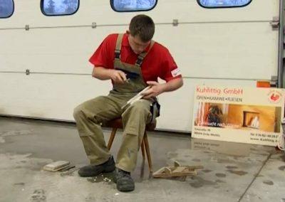 Ein Mitarbeiter beim Kacheln bearbeiten.